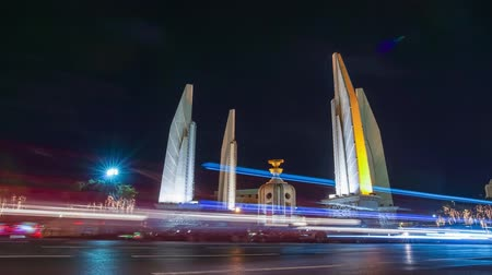 anıt : Bangkok, Thailand. December 2: Time lapse Traffic light at Democracy monument, Ratchadamnoen Klang Road in Celebrate Fathers Day Stok Video