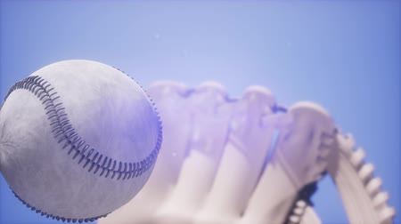 beisebol : 4K Super slow motion Baseball and mitt at blue sky background Vídeos
