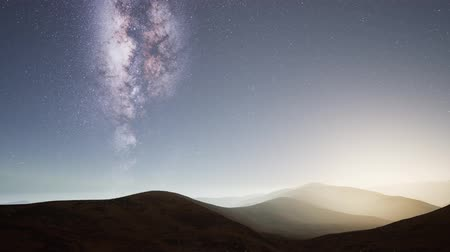estrelado : Milky Way stars above desert mountains