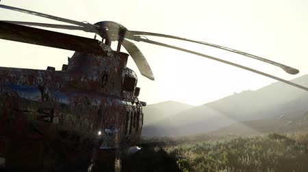 засушливый : old rusted military helicopter in the desert at sunset