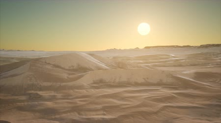 サハラ : Red Sand Desert Dunes at Sunset