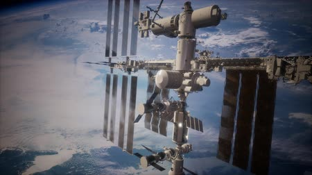 telekomünikasyon : International Space Station in outer space over the planet Earth Stok Video