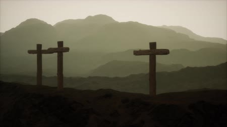 övgü : wooden Crucifix cross at mountain Stok Video