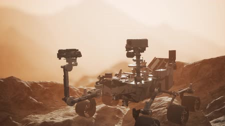Марс : Curiosity Mars exploration vehicle exploring the surface of red planet Стоковые видеозаписи