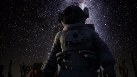sterrenhemel : Astronaut en sterren Melkwegformatie in Death Valley Stockvideo