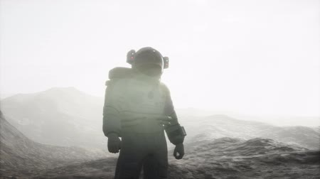 futurismus : astronaut on another planet with dust and fog
