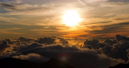 épico : Epic 4K sunrise with clouds formation at 10000ft