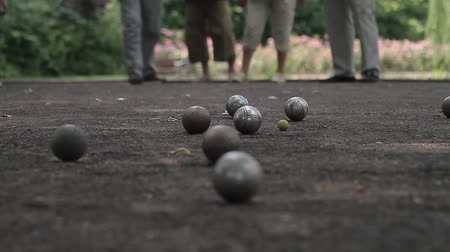 rekreasyon : elderly people enjoying boule in a park, ball shooting Stok Video