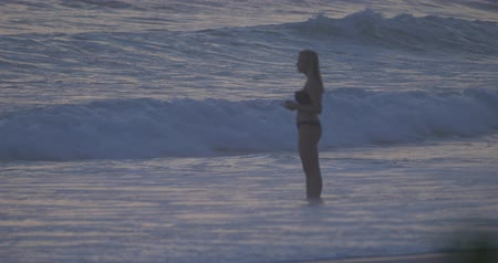 idil : Young, Beautiful Woman Taking Photos Of The Ocean At A Golden Sunset, Native Version, Slow Motion Stok Video