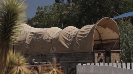 старомодный : Covered Wagon In An Old Western Village, Arizona, USA