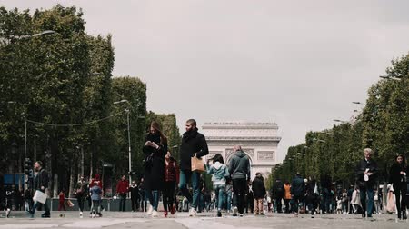 oblouk : Tourists Walking The Avenue Des Champs-Elysees, Paris Dostupné videozáznamy