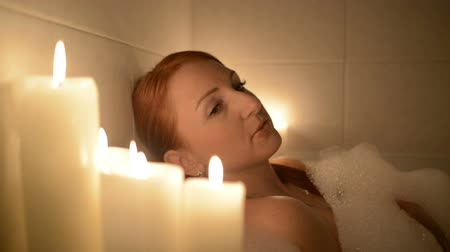 bańki mydlane : beautiful woman relaxes in the bath Wideo