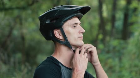 fixação : man wearing bicycle helmet on his head, close-up
