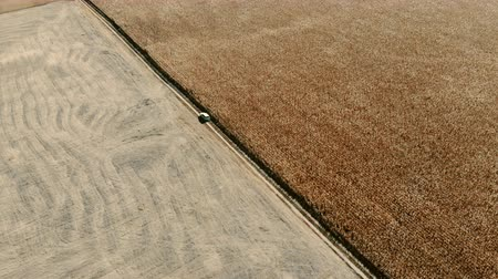 capturados : aerial view of car traveling in large field Vídeos