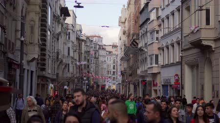 yoğunluk : ISTANBUL, TURKEY - NOVEMBER 4, 2018: crowd of people on main street of Istanbul