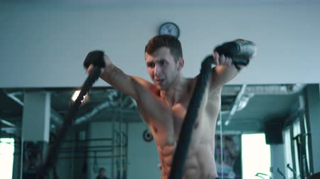 fisiculturismo : Strong man working out with Battle Ropes