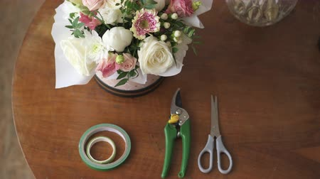 secateur : Florists work desk with tools and bouquets, top view