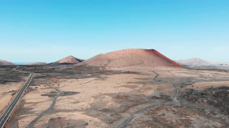 засушливый : Approaching in air to large crater on Lanzarote Island, Canaries
