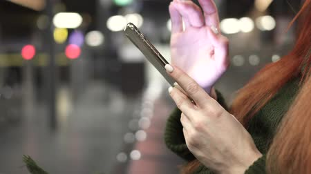 hírnök : Woman uses smartphone in airport terminal, close-up of hands Stock mozgókép