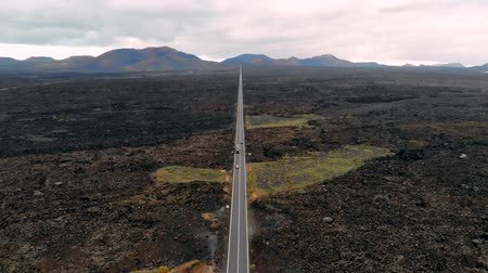 vulkán : Busy road in middle of volcanic desert, Lanzarote