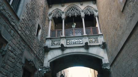 barcellona : BARCELONA, SPAIN - FEBRUARY 19, 2019: Bridge at Carrer del Bisbe in Barri Gotic