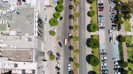 körút : Aerial view of busy street of resort town with parking lots and passing cars