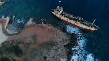 destruído : Aerial view of shipwrecked ship lying near seashore