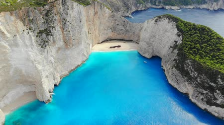 naufragio : Top down aerial view of a beautiful Navagio beach in the Ionian Sea on the shore of Zakynthos island, Greece Archivo de Video