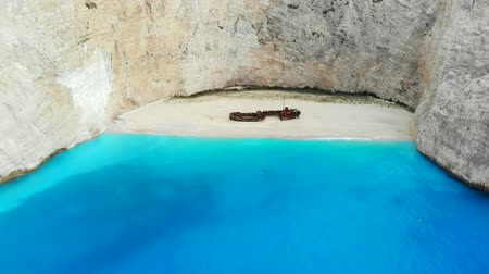 naufrágio : Top down aerial view of a beautiful Navagio beach in the Ionian Sea on the shore of Zakynthos island, Greece Stock Footage