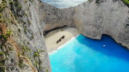 旅行 : Aerial view of beautiful beach with a stranded ship in Zakynthos, Greece