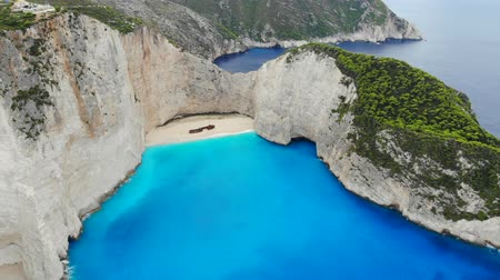 naufrágio : Panoramic aerial view of the beautiful Navagio Beach in the Ionian Sea on the island of Zakynthos, Greece Stock Footage