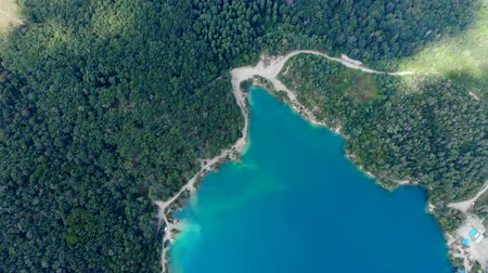 szmaragd : Aerial view of a blue lake surrounded by forest. Summer day. Wideo