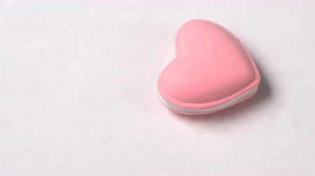 сладость : Heart shaped macaroon cake rotate on white background. Valentines day concept.