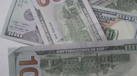 enflasyon : Hundred dollar bills are moving in a circle, close-up. View from above. Stok Video