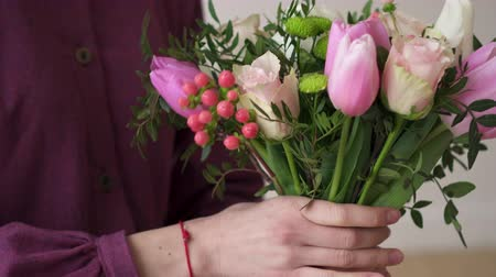 narożnik : Closeup of the hands of a florist woman making a bouquet of flowers. Wideo