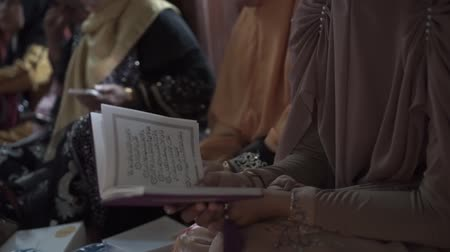 ramadan : read the verses of the Quran together Stock Footage