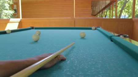 de bilhar : The player cannot pushes the ball from the billiard to the pocket first-person view