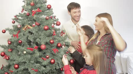 С Рождеством : Family decorating the christmas tree