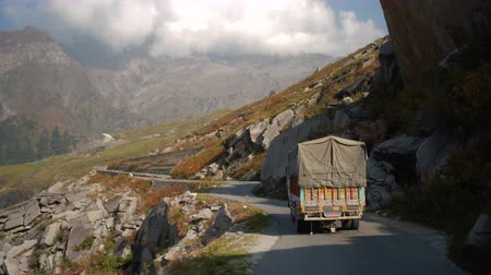 himalaia : MANALI, INDIA - 25 SEPT 2016: Beautiful mountain road in the Himalayas with a few trucks