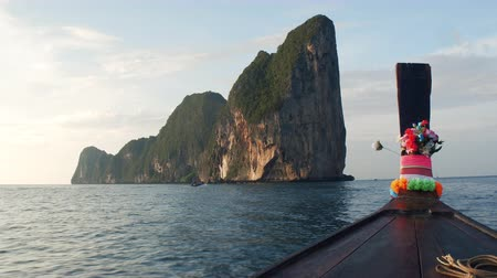 turkuaz : Journey to Paradise. The boat follows the tropical island of Phip-lei Stok Video