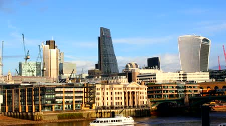 londra : London city, Thames embankment Stok Video