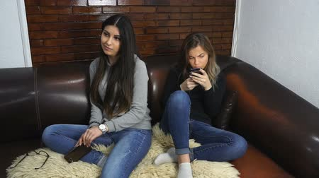 adolescência : Two girlfriends arguing at home, young women having conflict.