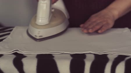 prasowanie : Closeup of female hands ironing clothes Wideo