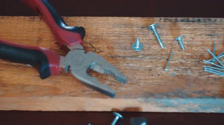 braçadeira : The carpenters tools lie on a wooden table.