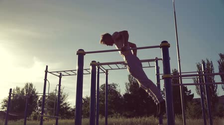 paralelo : Man training on parallel crossbars, physical strength, health. Slow motions. Vídeos