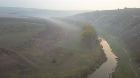 aeroespaço : Beautiful sunrisw over river in rural area. Fog over small river. Mountains landscape. Vídeos
