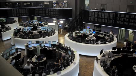 dividir : Frankfurt - Germany - Stock Exchange - June 2013: Interior Frankfurt Board of Trade floor, very active, wide shot, Frankfurt - Germany.