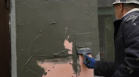 ceilão : Worker plastering the facade of the building, close-up