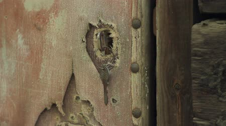 serra : The door in the old abandoned house, closeup the key is inserted into the keyhole Vídeos