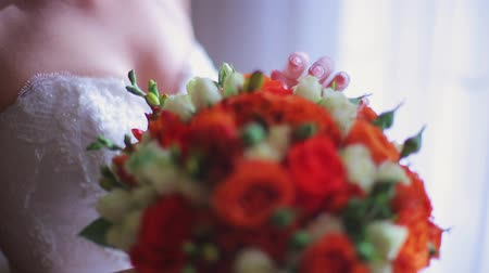 aguardando : the bride holds a wedding bouquet of flowers 2